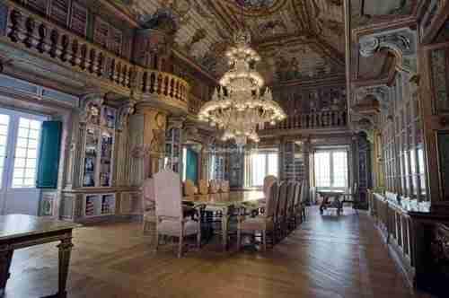 Locais a visitar, a Biblioteca do Palácio Conde de Óbidos e não perder o Lustre.