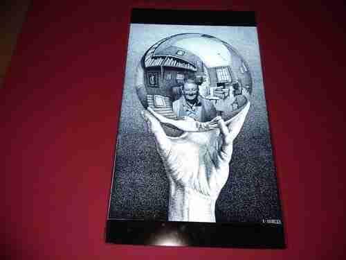 Mão com esfera convexa, 1935, artista Escher.