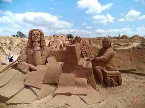 Esculturas de areia de Bach e Mozart